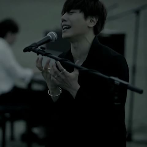 #박효신#야생화 멀어져가는 너의 손을 붙잡지 못해 아프다 살아갈 만큼만 미워했던 만큼만  개인적으로 이부분 슬픔 최고조ㅠㅠ