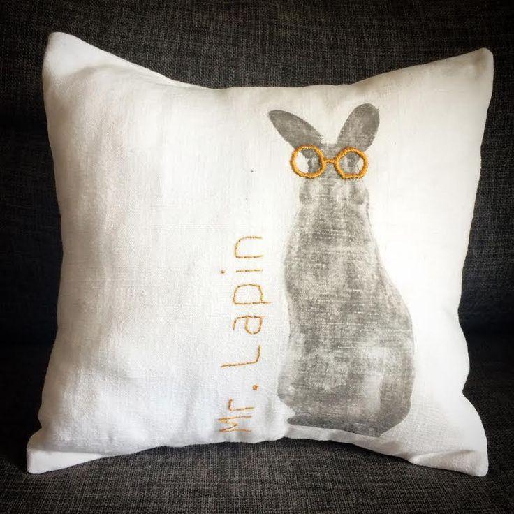 Housse de coussin en lin blanc imprmée d'un lapin à lunettes. : Textiles et tapis par au-coeur-des-choses