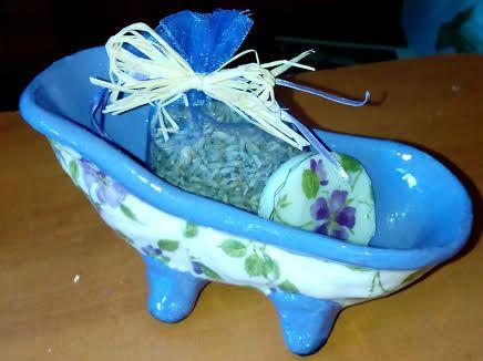 tina en cerámica con decoupage, bolsa de lavanda y jabón