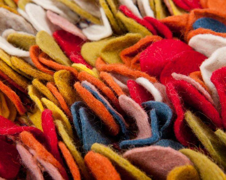 Ons Aarav #vilten #vloerkleed komt direct uit #India en is gemaakt van het beste Nieuw-Zeelandse vilt. Een zeer kleurrijk en uniek #kunstwerk. Deze fraaie ronde vloerkleden zijn #duurzaam en toch lekker #zacht en #warm. Voor dit kleed gebruikten we een opvallende mix van blauw, roze, rood, wit en groen. #Sukhi | Sukhi.nl