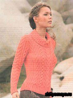 Коралловый пуловер с аранами, связанный спицами.