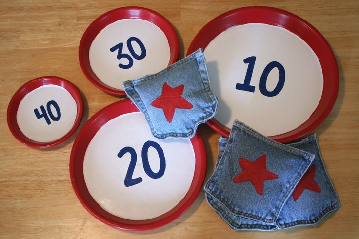 Bean bag toss. Make your own. For kids' gifts? http://www.chicaandjo.com/2009/06/25/make-a-bean-bag-toss-game/