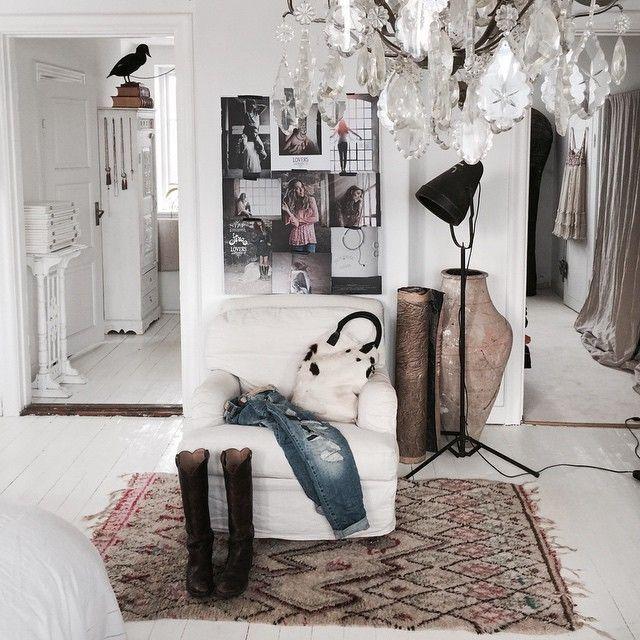 Picture I made with #sarasvenningrud at Gunillas place @fira#fira#gunillafira for @kkmagazine #marieolssonnylander #moinredning #interior #inredning #inspiration #moodboard#olssonjensen #honeypieliving #white#home#fashion#walk in closet #too die for ###