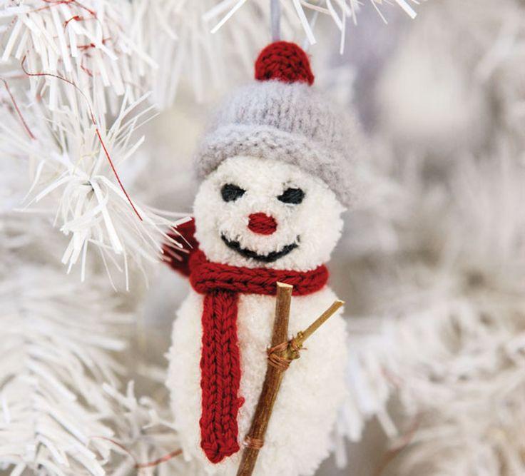 Le bonhomme de neige est un incontournable de nos décorations de noël. Voilà un modèle tricot à ne pas manquer. En 'Fil PHIL DOUCE', 'Fil PILOU+', ' Laine LAMBSWOOL' et 'Laine SUPER BABY', ce modèle est tricoté en jersey endroit et jersey envers, avec des détails brodés. Modèle tricot n°43 du catalogue Marie-Claire 832 : Cocooning Famille - Automne/hiver