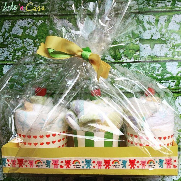 Cupcakes de pañales!!! Cada cupcake está hecho con dos pañales. No te pierdas el vídeo tutorial paso a paso en nuestro canal de YouTube ( link en la bio)  Regalo ideal para un Baby Shower