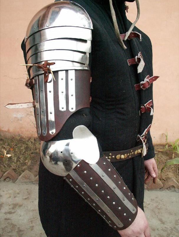 14th century transitional splint armor. Das selbe mit etwas breiteren, geformten Platten (eventuell mit Motiven aus dem Wappen) und Leder mit schönerer Farbe und Zeichnung umsetzen.