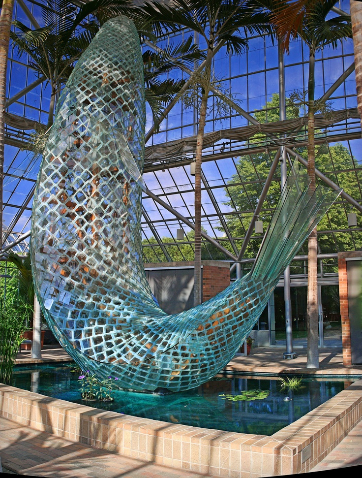 Standing glass fish by frank gehry in the minneapolis for Fish garden statue