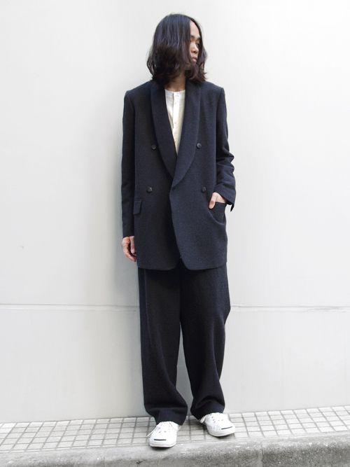 Edwina Horlらしいゆったりシルエットのテーラードジャケット。 従来のモデルと比べて身幅や丈を出したリラックス感の感じられるシルエットにアレンジされています。  素材にはモヘア混のオリジナル生地を採用。 凹凸のある表面の素材感からは立体的な印象を受けます。  ラペル部分を深くとった独特のデザインはブランドならでは。 縦のラインが非常に綺麗なので、ジャストサイズで着てもオーバーサイズで...