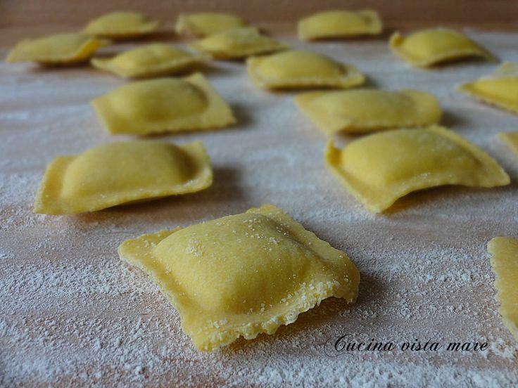 I ravioli di ricotta abruzzesi sono particolari: la sfoglia è classica ma è il ripieno la vera specialità perché sono dolci e si condiscono con il sugo!
