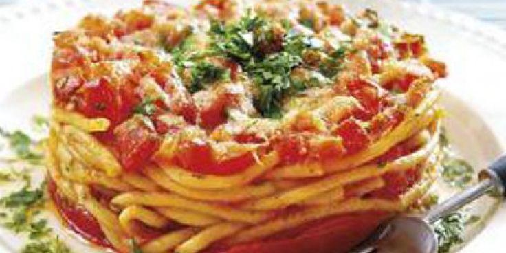 Μακαρόνια φούρνου, που ανάμεσα σε δύο στρώσεις από φέτες ντομάτας, αποκτούν εντυπωσιακή εμφάνιση και δροσερή γεύση.