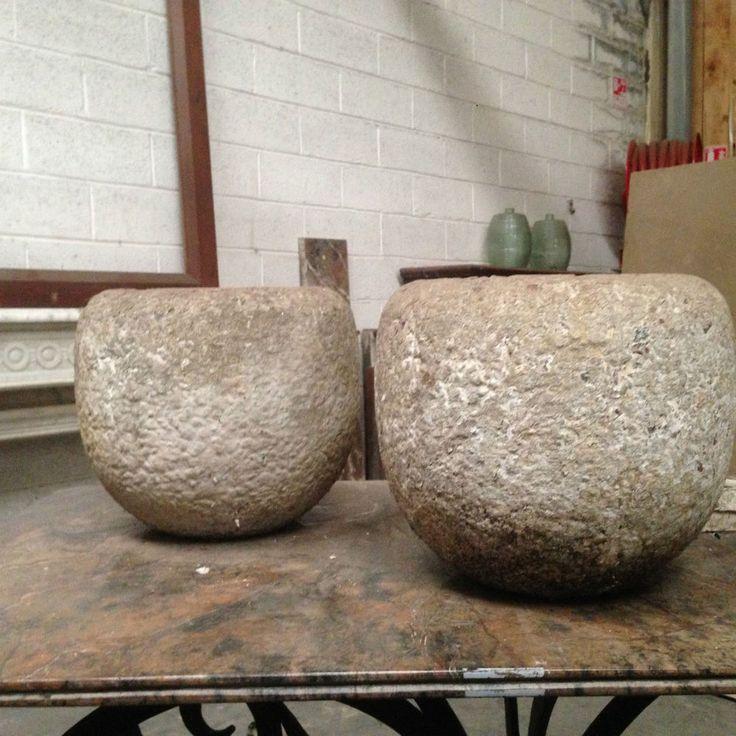 paire de pots formant jardinière en terre cuite couleur ciment . XX siècle .