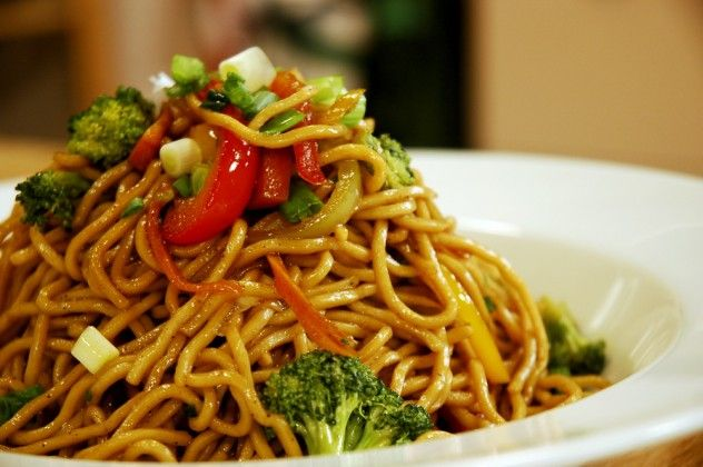 Sebzeli Noodle Malzemeleri 500 gr. yumurtalı noodle 4 litre su 1 adet havuç – ince uzun doğranmış ½ adet kırmızı dolmalık biber – ince uzun doğranmış ½ adet sarı dolmalık biber – ince uzun doğranmış 1 adet yeşil dolmalık biber – ince uzun doğranmış 1 kâse brokoli – çiçeklerine ayrılmış 3-4 dal taze soğan – ince kıyılmış 3 yemek kaşığı soya sos Zeytinyağı Tuz Karabiber Kaynayan tuzlu suda noodle'ları 10-12 dakika haşlayın. Noddle'larınız tamamen yumuşamasın biraz dişe gelir kıvamda kalması…