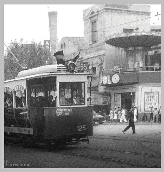 Tramvia 55, denominados jardineras, frente al teatro Apolo. Barcelona.
