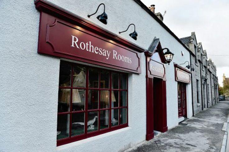 Принц Чарльз открывает ресторан в Шотландии http://rbnews.uk/economics/news/article43990.html  Принц Уэльский Чарльз открывает ресторан и магазин в городке Балластер (графство Абердиншир). Открытиестанет своего рода подарком жителям населенного пункта, который в декабре 2015года был затоплен в результате разлива находящейся поблизости реки Ди. Заведение Rothesay Rooms, торжественное открытие которого состоитсявечером, получило свое название в честь самого Чарльза, который обладает титулом…