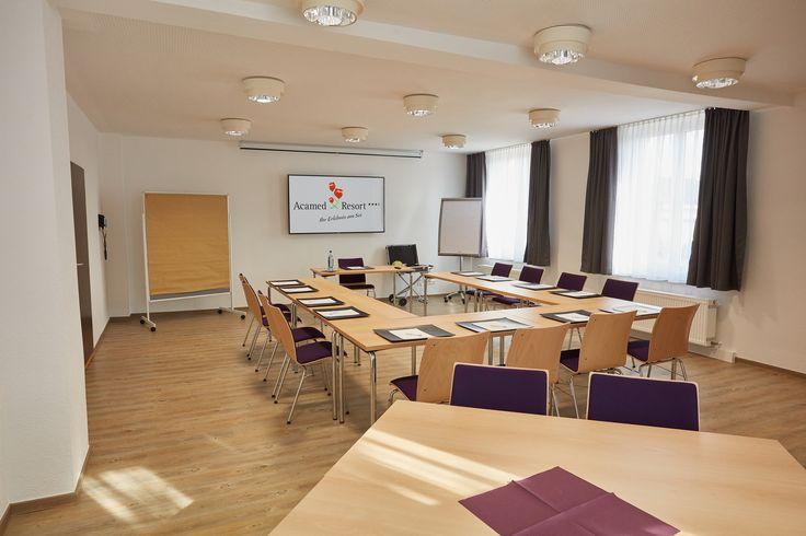 Für das nächste Geschäftsmeeting oder das Seminar außerhalb der eigenen vier Firmenwände stehen Ihnen im Acamed Resort sechs zeitgemäße Tagungsräume von 52 bis 120 m², mit jeweils flexiblen Gestaltungsmöglichkeiten, zur Verfügung.