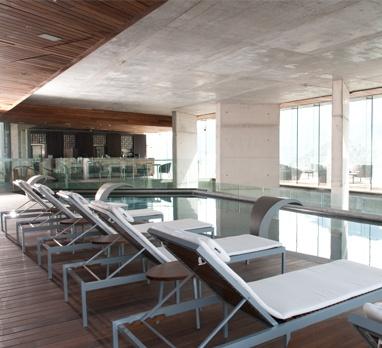 En enjoy somos buenos para relajarnos en la piscina temperada de enjoy Santiago.