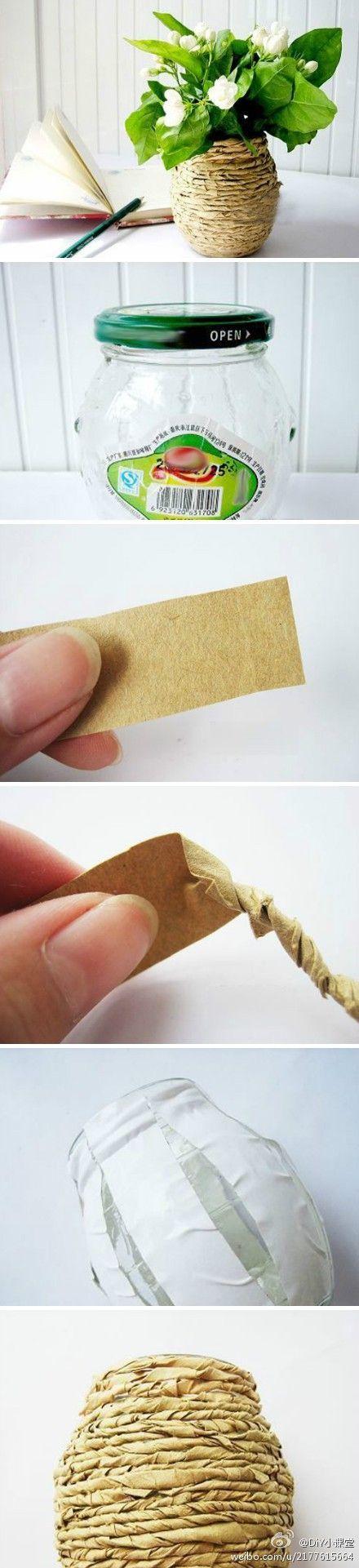Pot en verre recouvert de papier craft torsadé =  vase