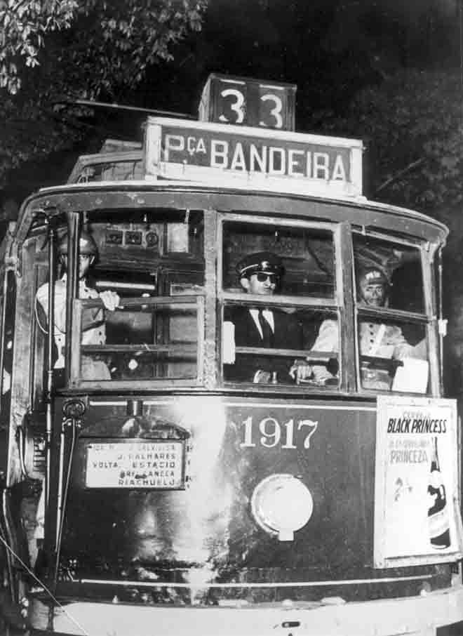 Bonde Praça da Bandeira - 1954 O bonde da imagem necessitou da proteção de dois policiais militares quando de uma greve em 1954. Ele percorria a linha 33 Lapa- Praça da Bandeira, Rio de Janeiro
