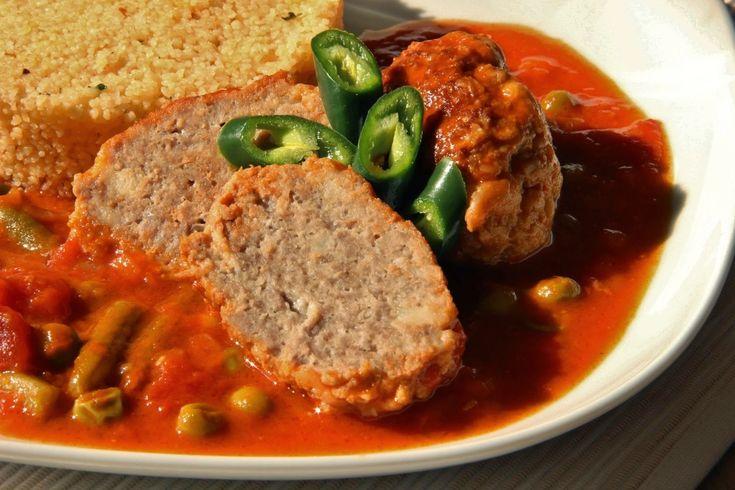 Na přípravu budete potřebovat:   500 g mletého vepřového masa  2 konzervy drcených rajčat  1 cibule  1 starší rohlík nakrájený na kostičk...