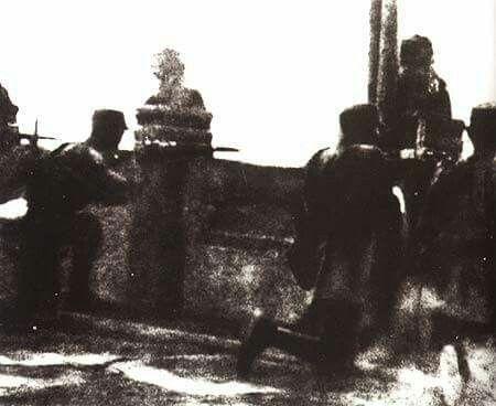 歷史上的今天:1937年7月7日爆發盧溝橋事變 七七事變,又稱盧溝橋事變,是發生於1937年7月7日,為中國抗日戰爭全面爆發的起點,也象徵第二次世界大戰亞洲區戰事的起始。  1937年7月7日晚,日本的中國駐屯軍一部在中華民國北平附近宛平縣軍事演習。日軍聲稱一名士兵「失蹤」,要求進入宛平城搜查,遭守城之國軍第二十九軍拒絕。日本軍隊遂向中國守軍開槍射擊,並進攻盧溝橋。翌日清晨5時許,日軍炮轟宛平城。國軍第二十九軍奮起抵抗。在之後的平津作戰中,第二十九軍最終被迫撤退至保定,平津地區陷落。抗戰隨後全面爆發。…