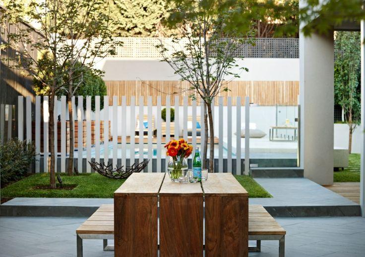 valla blanca separa espacios en el jardín