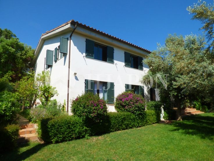 Luxury villa for sale on the coast of Maresme, situated in the centre of Premiá de Dalt.