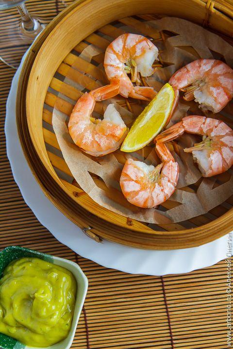 Приготовить креветки с ярким, максимально насыщенным и очень чистым вкусом, который напоминает морской бриз, совсем легко, сварив их на пару по этому рецепту.