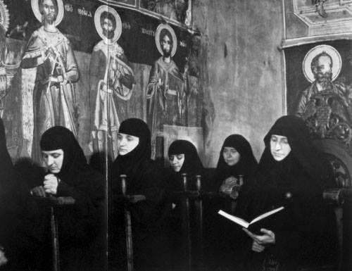 Μετέωρα .Μοναχές του Μοναστηριού εν ώρα εκκλησιασμού. Φωτογραφία Κώστας Μπαλάφας από το ομώνυμο λεύκωμά του