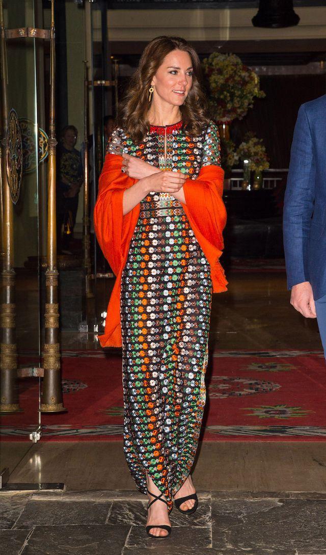 Kate Middleton in visita all'organizzazione Salaam Baalak, che fornisce aiuto e sostegno ai bambini senza tetto, alla stazione ferroviaria di New Delhi, 12 aprile 2016. Il vestito è di Glamourous e costa circa 50 sterline (poco più di 60 euro).