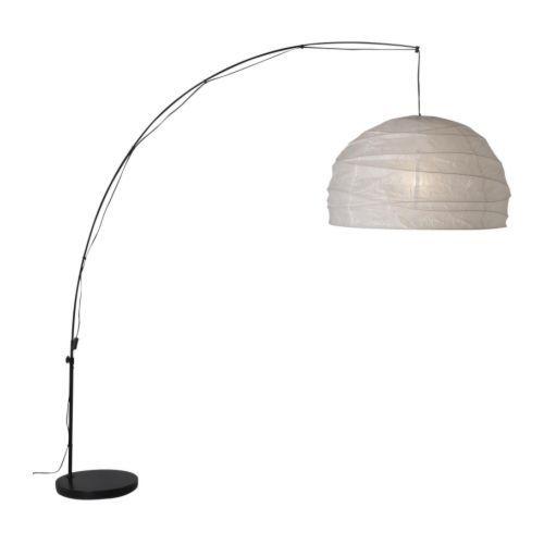 REGOLIT € 49 (IKEA) Lampadaire, arceau, blanc, noir Idéal au dessus de la table basse. Inutile de le monter au plafond, se connecte sur une prise murale. Hauteur: 235 cm, Diam. abat-jour: 73 cm Longueur fil électrique: 620 cm