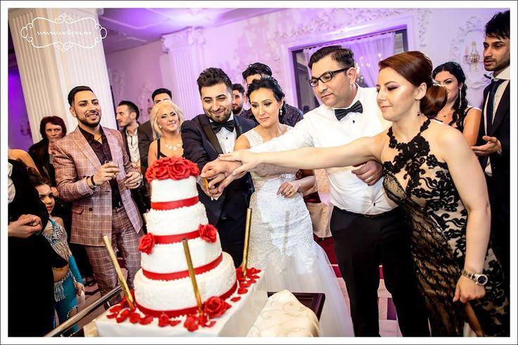 Fotografia de nunta nu mai este un mister pentru nimeni. Exista foarte multe idei despre cum poate fi fotografiata tanara pereche, dar si fiecare dintre cei doi protagonisti in mod independent. Nunta insa, cu toate etapele sale, de la Starea civila si Biserica, si de la sesiunea de poze din parc pana la petrecere, poate …