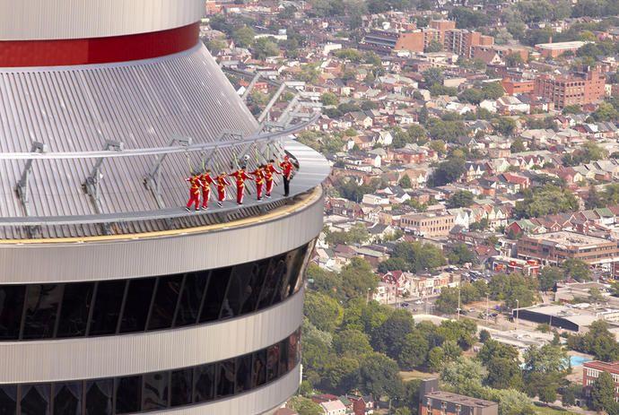アドレナリン全開!トロントCNタワー・エッジウォークで空中歩行体験 | カナダ観光局