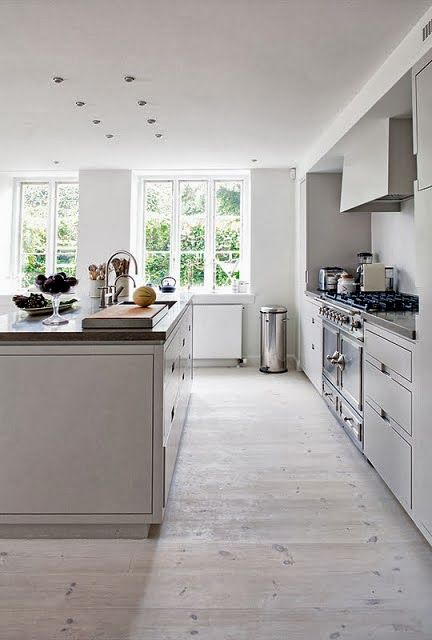 vitt danskt modernt kök