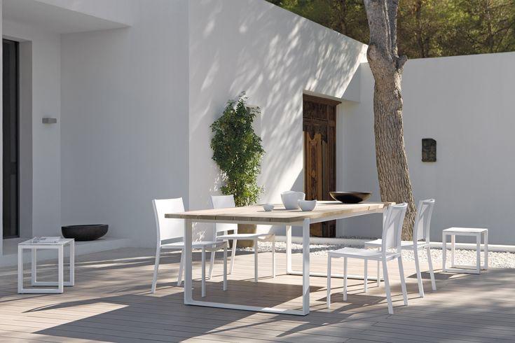 Met de nieuwe lage eet- en bartafels van de Quarto-collectie trekt Manutti het loungeregister nog meer open. Ideaal als je op je terras geen plaats hebt voor een sofaconcept én een eettafel maar toch van een aperitief in open lucht wil genieten. De lage barstoelen zitten comfortabel, terwijl je met een lage eettafel het loungemoment…