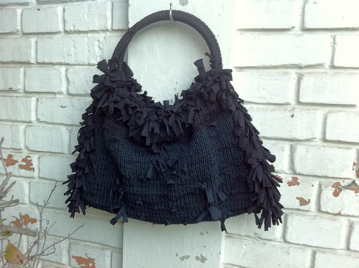 cartera negra con mini flecos a los costados