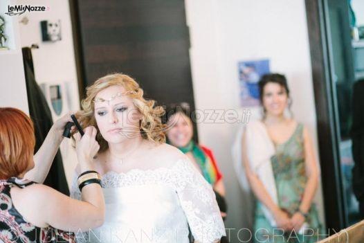 Acconciatura sposa con boccoli e piccola treccia sulla fronte. Guarda qui tante altre immagini di acconciature sposa >> http://www.lemienozze.it/gallerie/foto-acconciature-sposa/img26627.html