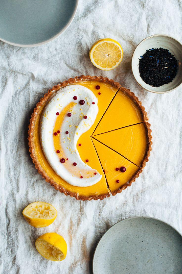 Taart recept: citroen en earl grey taart met karnemelk slagroom. // via Hint of Vanilla