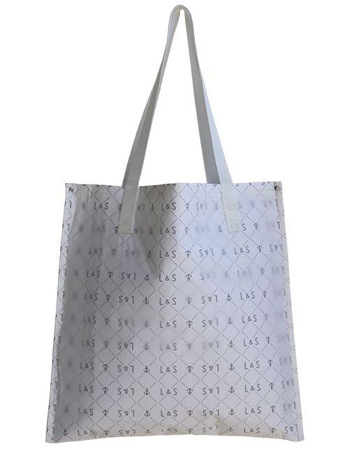La Sandy Bag è una shopping bag realizzata con vela Spinnaker e un rivestimento interno impermeabile stampato con texture di ancore, i manici sono realizzati con corde nautiche altamente resistenti.