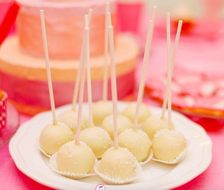 Кейк попс (Cake Pops) - это круглое бисквитное пирожное на палочке, в глазури, украшенное кондитерской посыпкой. Проще говоря, маленький тортик на палочке. Своей популяризации кейк попс обязаны талантливому кондитеру из Атланты Энджи Дадли. Именно она в своем блоге впервые предложила использовать оставшиеся от коржей торта обрезки для создания маленьких пирожных, напоминающих леденцы чупа-чупс. Ммм... Пальчики оближешь! Cake Pops - is a round sponge cake on a stick , glazed , decorated with…