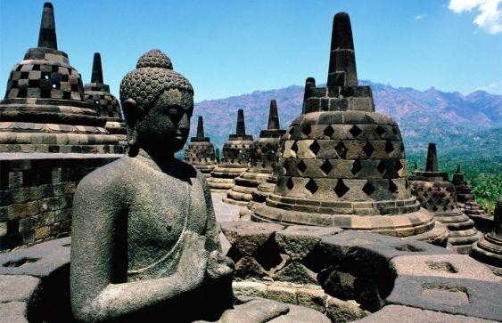 Sebuah candi Budha yang bernama Borobudur terletak di Magelang, Jawa Tengah, Indonesia. Candi ini dibangun sebagai tempat suci untuk memuliakan Budha sekaligus sebagai tempat ziarah.