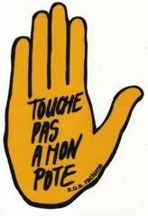 """Badge """"Touche pas à mon pote """" SOS Racisme - Années 80"""