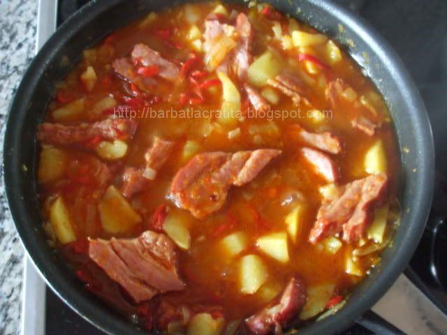 Retete explicate detaliat si intotdeauna insotite de imagini din timpul prepararii, prajituri si mancaruri accesibile din ingrediente autohtone.