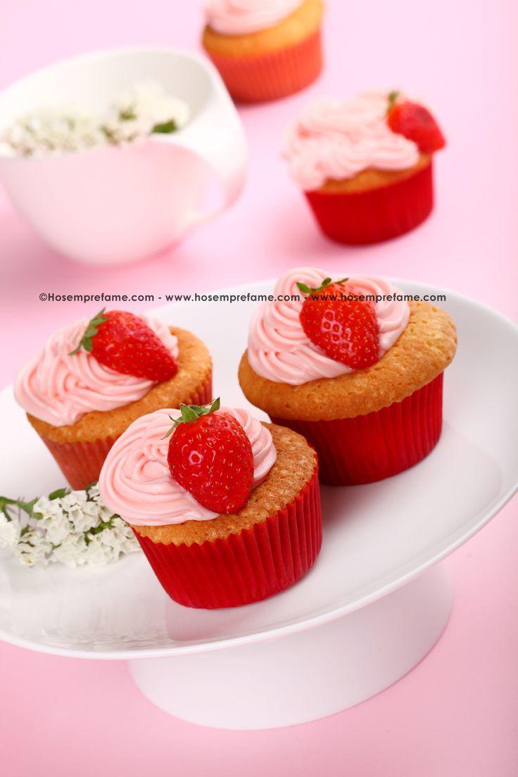 CUPCAKE ALLE FRAGOLE Ottimi per una merenda o da servire con il tè questi cupcakes hanno un delicato frosting al formaggio. Noi lo abbiamo colorato di rosa (si abbina bene con le fragole), ma potete sbizzarrirvi con la fantasia e creare dei cupcakes coloratissimi! #cupcake #fragole #hosemprefame #ricette