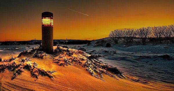 Quatre événements majeurs jalonnent l'année solaire sous nos latitudes :   - le solstice d'hiver : point solaire le plus bas – les équinoxes de printemps et d'automne : points d'équilibre  - le solstice d'été : point solaire le plus haut À l'aide de ce schéma, on évalue mieux les distances temporelles : la courbe rouge s'étend du 21 mars (équinoxe de printemps) au 21 septembre (équinoxe d'automne), et culmine au solstice d'été. À l'inverse, la courbe bleue, qui débute le 21 septembre et se…