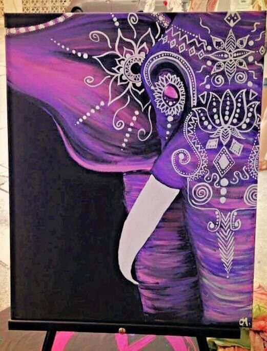 Boheemse olifant geaccentueerd met paarse en roze tinten. Versierd met Henna ontwerp en juwelen / strass.