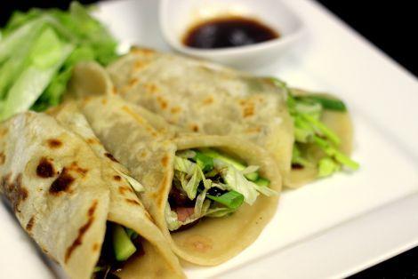Pierś z kaczki po pekińsku to wyjątkowo smakowite danie, które uraczy najbardziej wymagające podniebienia
