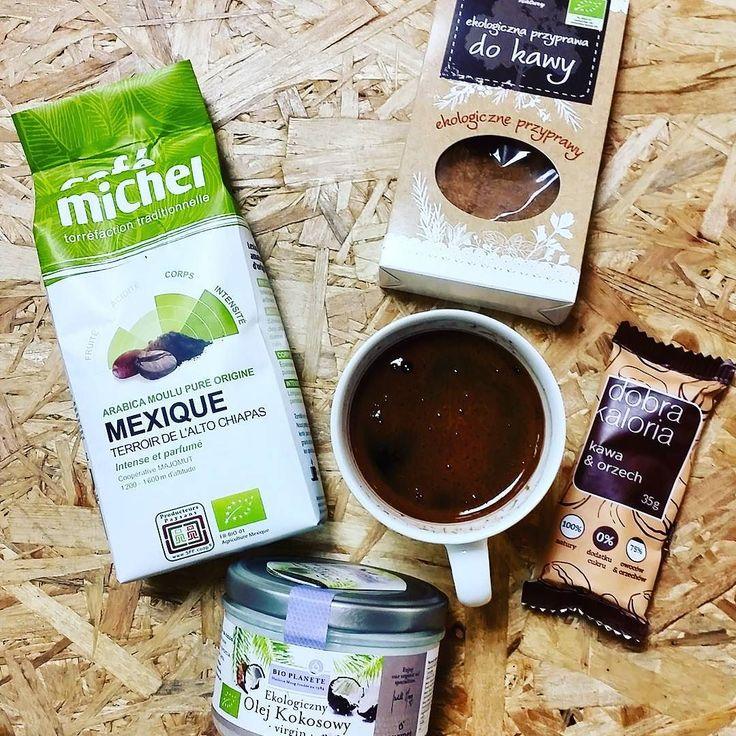 Idealna pora na drugie śniadanie i kawę. Wiecie że kawa nie jest taka zła jak o niej mówią? A z dodatkiem przypraw korzennych i oleju kokosowego - pycha! W rękę baton od Dobrej kalori i można wracać do pracy :) Polecamy! #coffee #coconutoil #ginger #healthyhabits #healthy #biomarketpoznan #instagood #batonymocy #instalike #instaspic #foodie #followme #bio #zdrowadieta #zdrowazywnosc #amazing #love #lifestyle