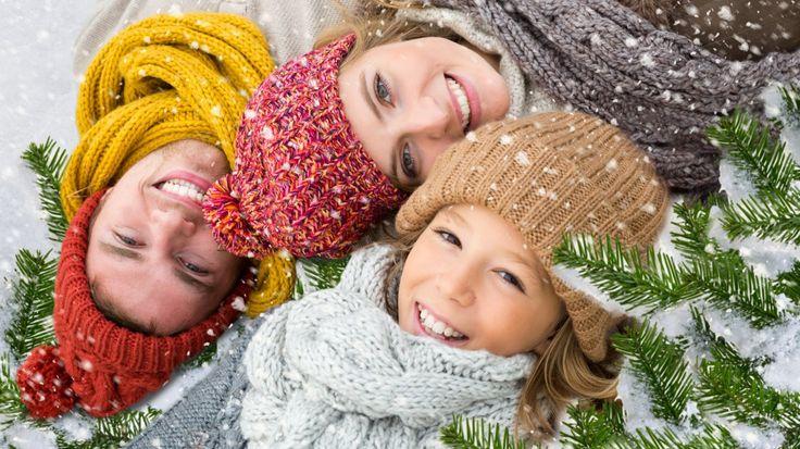 Скачать обои новый год, праздник, семья, зима, снег, раздел настроения в разрешении 1366x768