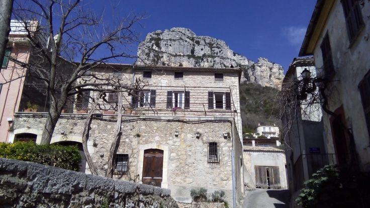 A view of the cliffs behind the village of St Jeannet - Baou de St Jeannet www.esreafrance.com