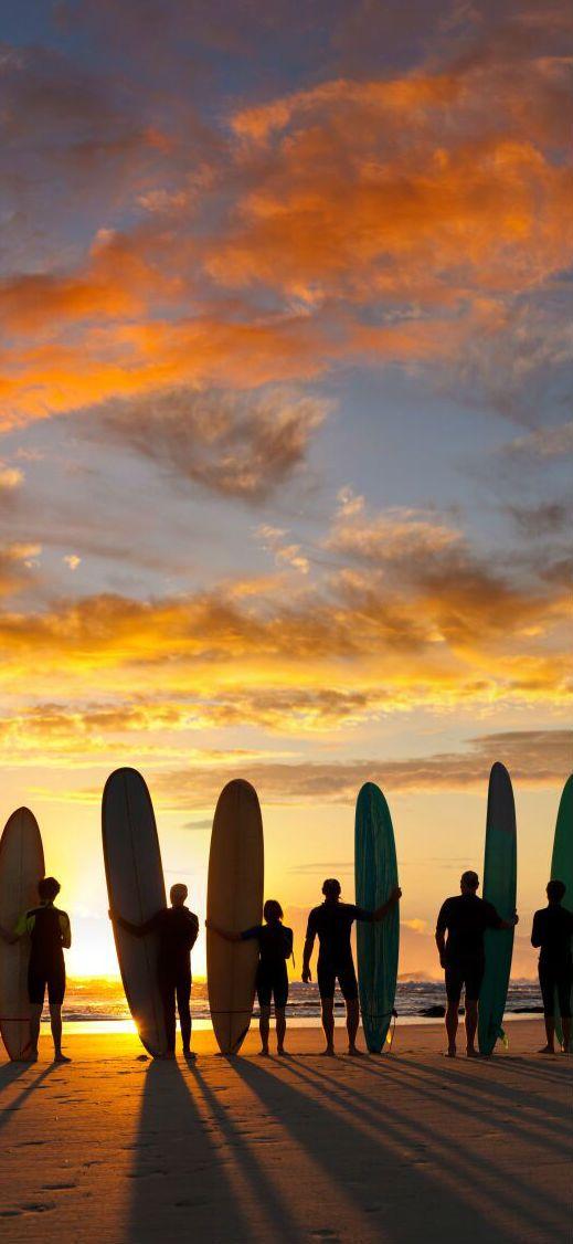 Lære å surfe   Trodde du man måtte dra til andre siden av jorden for å lære deg å surfe? Der tar du feil! Vi har fantastiske muligheter her i vårt eget land. Ingenting slår følelsen av å stå på brettet for første gang, og alle kan lære.